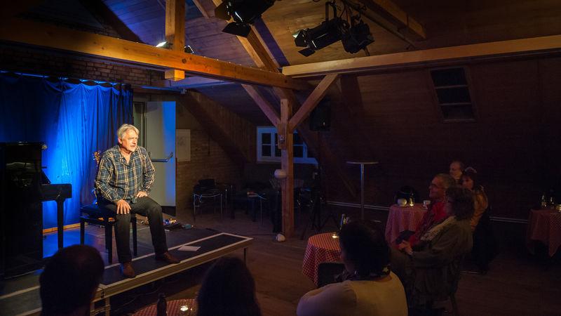 Märchenerzähler Heiner Hitz auf der Bühne